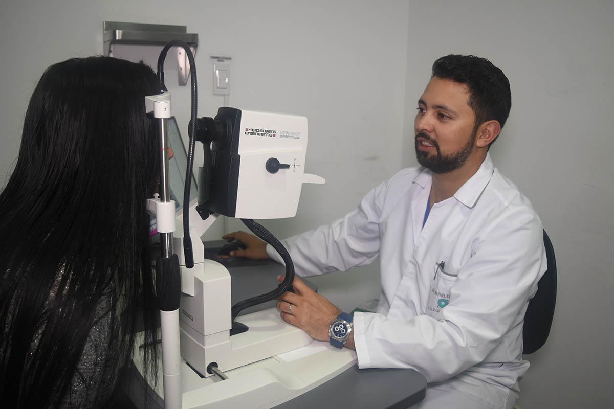 Oftalmólogo especialista en retina y vítreo con más de 13 años de experiencia y experto en cirugía de cataratas, faco refractiva y procedimientos láser.